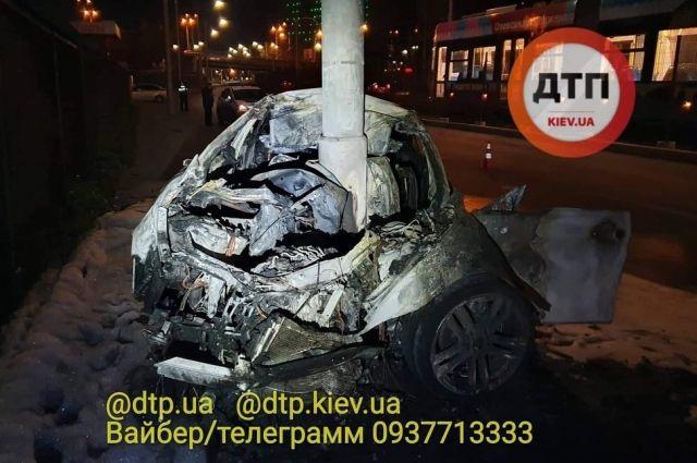 В Киеве произошло ДТП: автомобиль въехал в столб и загорелся