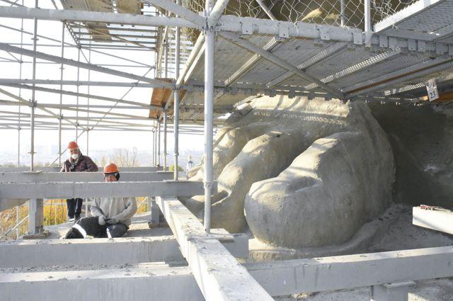 Особенно сильно у скульптуры пострадали пальцы ног.