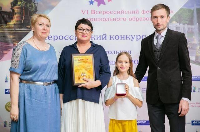 Валентина Куклина (на фото вторая слева) руководит детскими садами около 30 лет