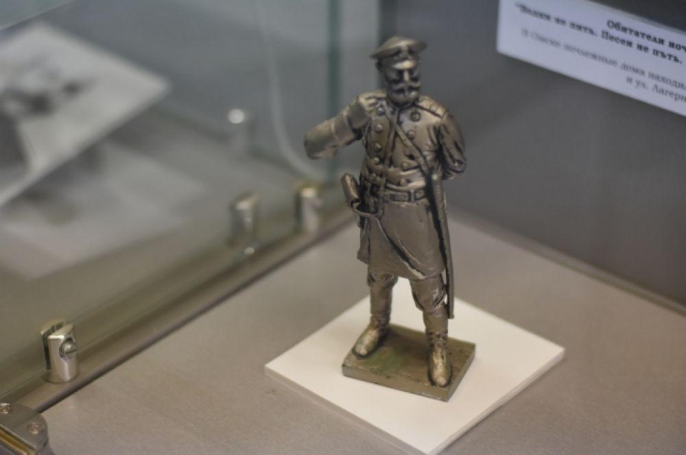 Именно эта фигурка, изготовленная Сергеем Норышевым, и явилась прообразом знаменитой скульптуры «Омский городовой» на улице Ленина.