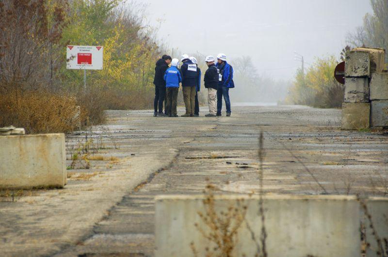 Наблюдатели ОБСЕ в поселке Золотое в Луганской области.