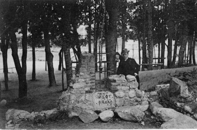 Романтические развалины с решеткой и таинственными буквами в конце XIX – начале XX вв. считались достопримечательностью, около которой было не грех сфотографироваться на память.