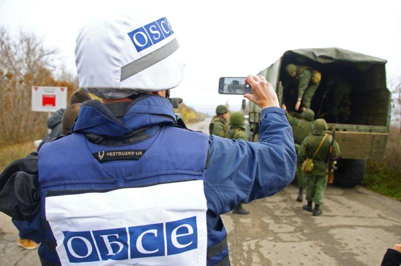 Наблюдатель ОБСЕ следит за отводом сил бойцов подразделений ЛНР в поселке Золотое в Луганской области.