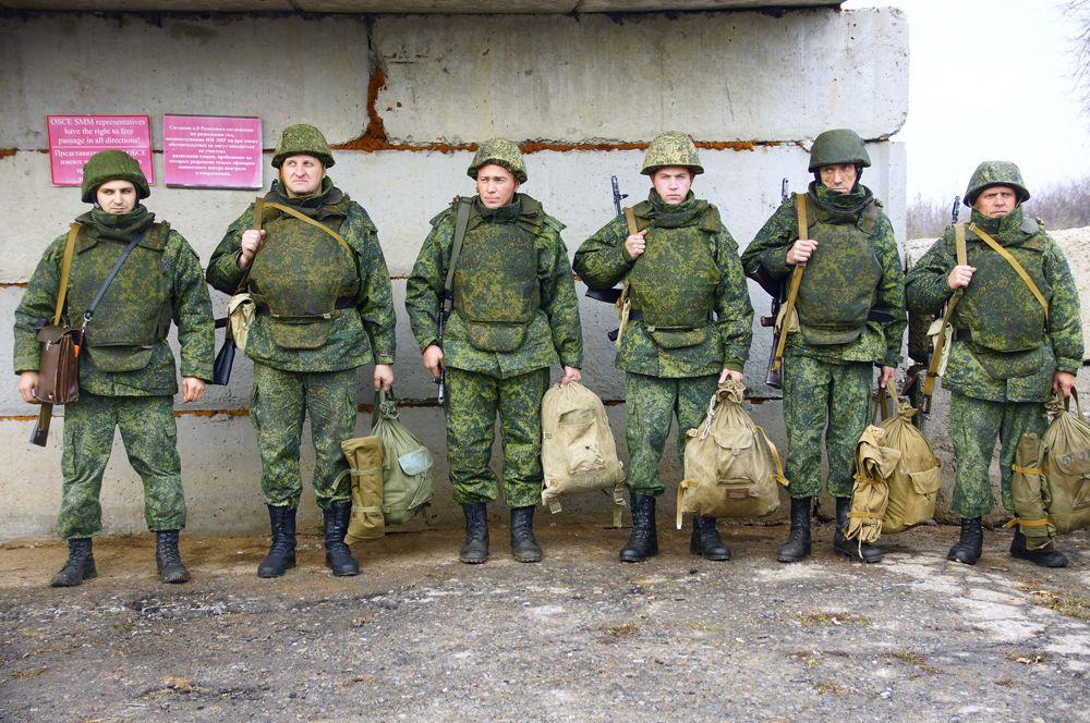 Ополченцы самопровозглашенной Луганской народной республики в поселке Золотое в Луганской области, где происходит отвод сил бойцов подразделений ЛНР.
