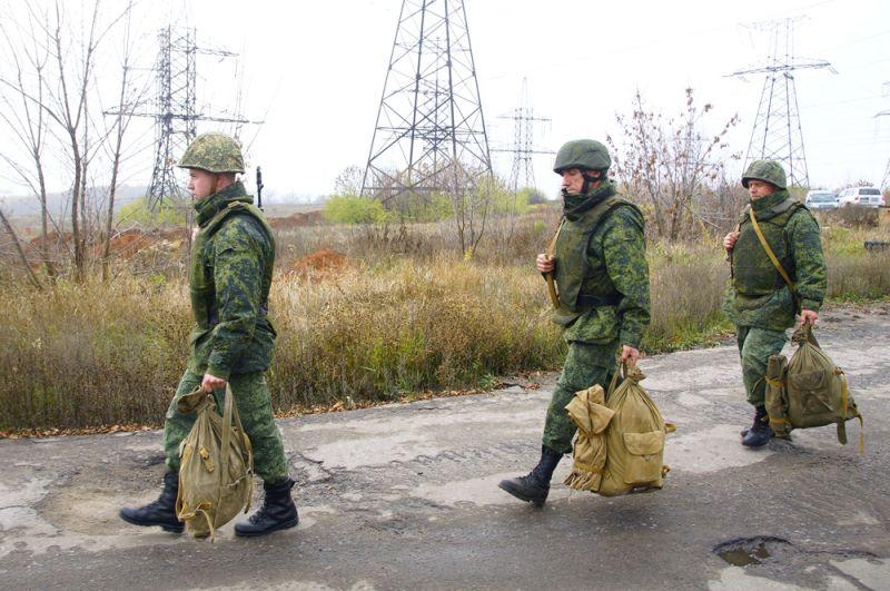 Отвод сил бойцов подразделений ЛНР в поселке Золотое в Луганской области.