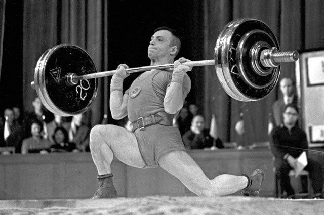 Чемпион мира 1963 года по тяжелой атлетике в легчайшем весе Алексей Вахонин.