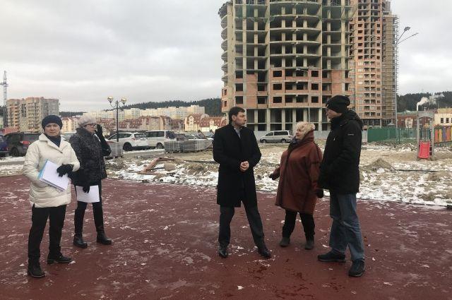 В Ханты-Мансийске единороссы проверили ход работ на строительстве игровой площадки