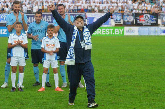 Футболист, председатель правления белорусского ФК«Динамо-Брест» Диего Марадона настадионе «Брестский».