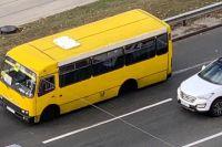 Отвалилась ось: в Киеве у маршрутки прямо на ходу отвалилась задняя ось