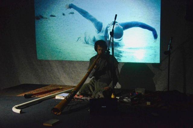 Евгений Толстых играет на духовых инструментах, в основном, на диджериду в сопровождении электронной музыки, но в его арсенале есть и пластиковая труба