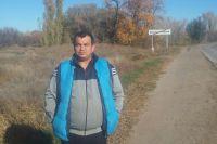 Вот на этом пустыре за спиной Юрия Муратова и хотели построить магазин.