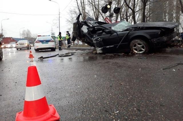 Иномарка врезалась в электроопору и столб дорожного знака.