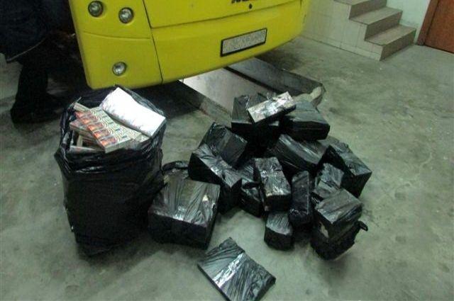 Таможенники нашли почти 50 тысяч сигарет в тайниках пассажирского автобуса