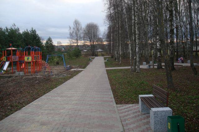 В парке Победы в Кесовой Горе появились брусчатка на тротуарах, современная детская площадка и зона отдыха с беседкой.