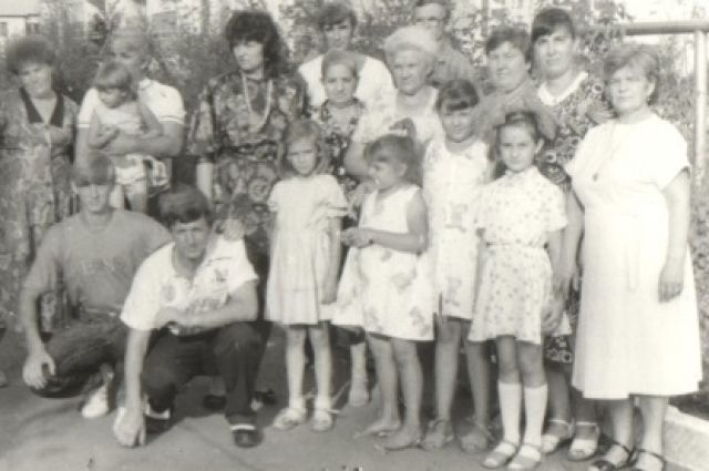 Семьи троих сестёр и двух братьев Пушкарёвых год от года становится всё больше. 1989 год.