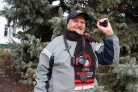 Видеокамеру Николай Иванович получил в подарок на 70-летие и с тех пор с ней не расстается.
