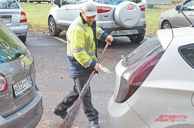 Коммунальные службы подготовили технику, которая будет задействована в уборке снега, укомплектовали дополнительно штат дворников.