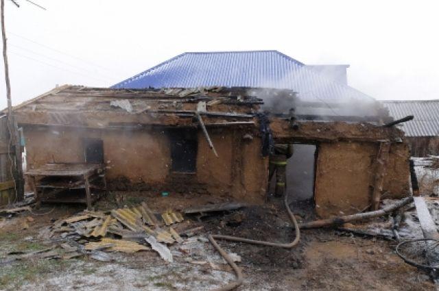 В Курманаевском районе после пожара найдены тела двух мужчин.