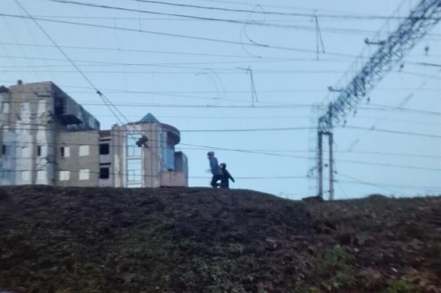 Дети бегали, перелезали через вагоны и переходили железнодорожные пути в непредусмотренных для этого местах.