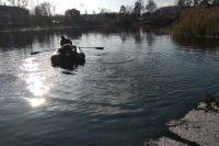 Спасатели извлекли тело женщины из озера.