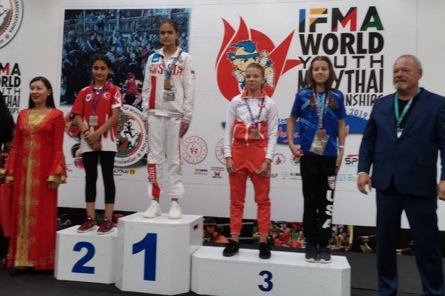 10-летняя Александра Лытова, самая юная в российской сборной, – на верхней ступеньке пьедестала почёта.