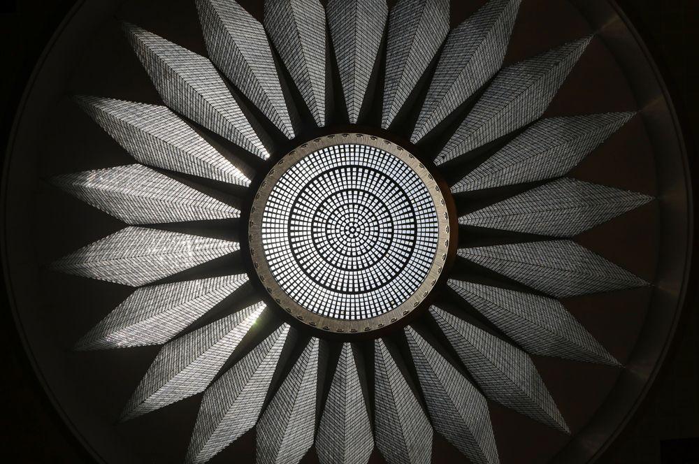 Хрустальная люстра весом более девяти тонн под девятнадцатиметровым куполом здания Палаты Сербии в Белграде.