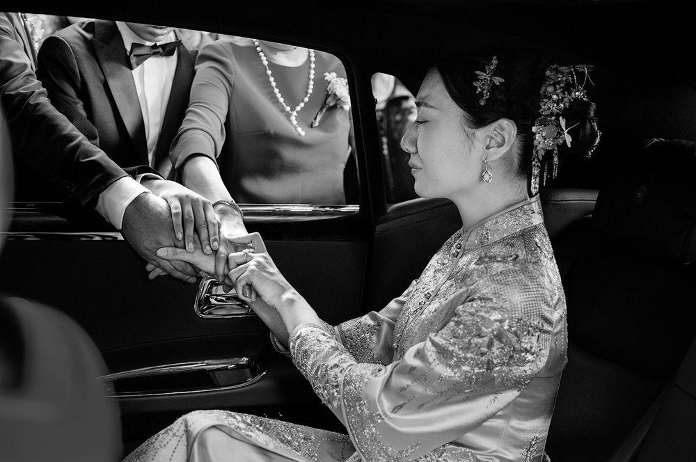 Невеста прощается со своими родственниками в день свадьбы, Китай.