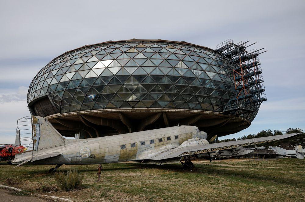 Югославский пассажирский самолет перед музеем авиации в Белграде, Сербия.