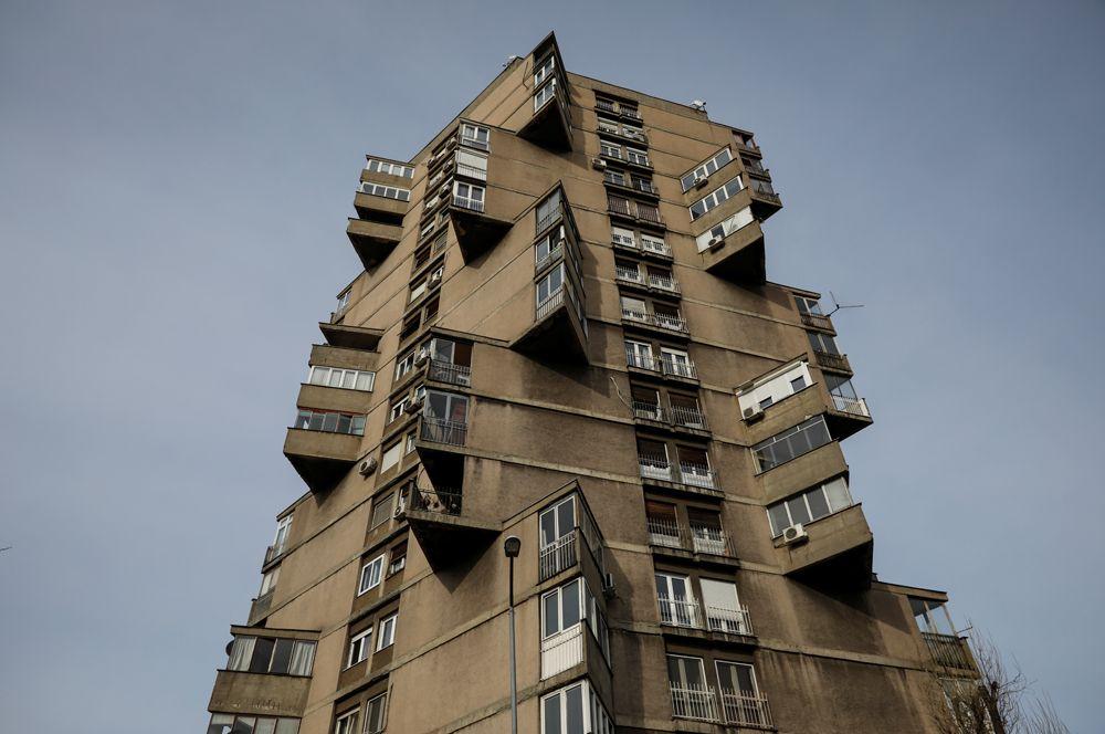 Жилая башня, которую также называют «Дом-Тоблерон» (марка шоколада в характерных треугольных упаковках), в Белграде, Сербия.