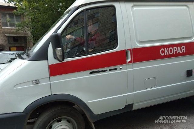 Два сотрудника скорой помощи получили травмы.