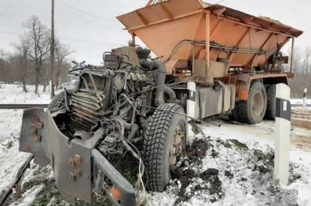 Водитель КамАЗа получил травмы.