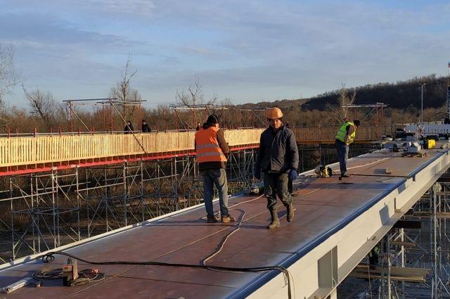В Станице Луганской завершили укладку металлоконструкций моста: детали