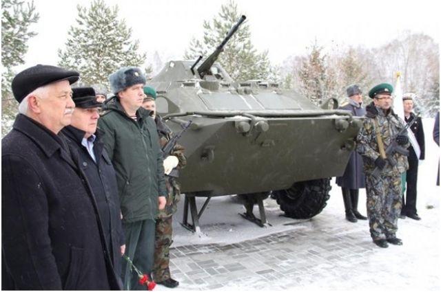 В тюменском сквере Пограничников установили памятник БТР-70