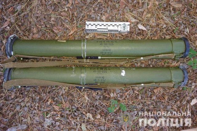 «Собирал грибы»: в Днепропетровской области мужчина обнаружил тайник оружия