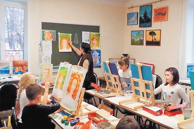 В центре многие годы работает художественная студия.
