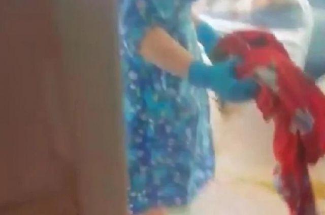 Уборщица вытерла лицо пациентке клиники  половой тряпкой