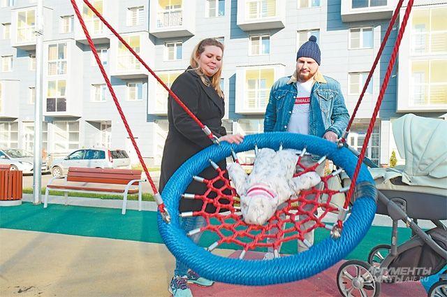 Для маленьких новосёлов д. 11 поул.Матвеевской построили современную детскую площадку, адля взрослых– зону отдыха взелёном сквере.