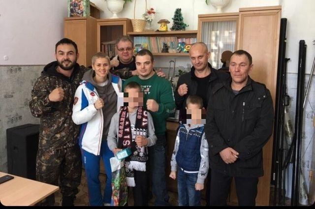 Костя ( в центре) среди своих новых друзей, оренбургских спортсменов.