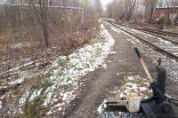 25-летняя девушка вела своего пятилетнего ребёнка по железнодорожным путям и не послушалась полицейских, которые показали ей безопасную дорогу.