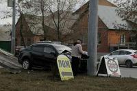 В Оренбурге после столкновения с такси автомобиль Kia врезался в столб.