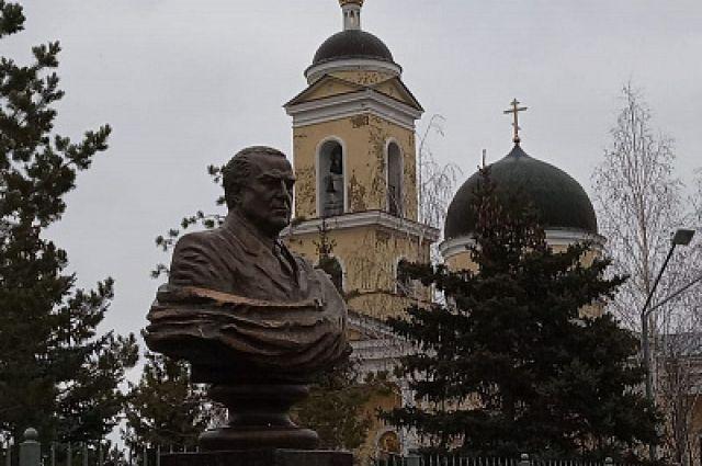 Памятник Виктору Черномырдину отлит из бронзы.