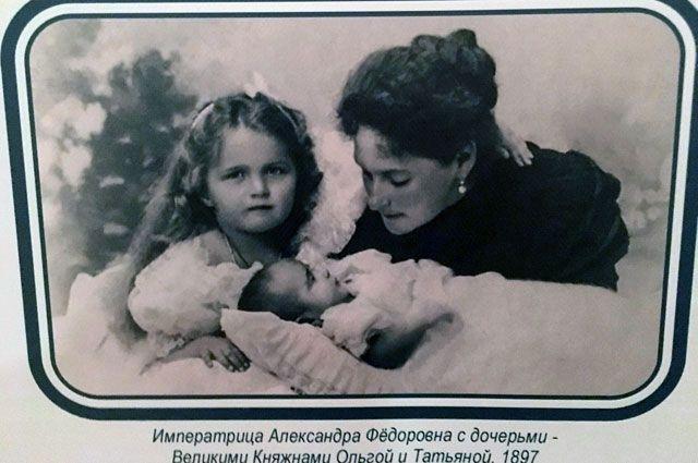 Императрица сдочерьми— великими княжнами Ольгой иТатьяной, 1897г.