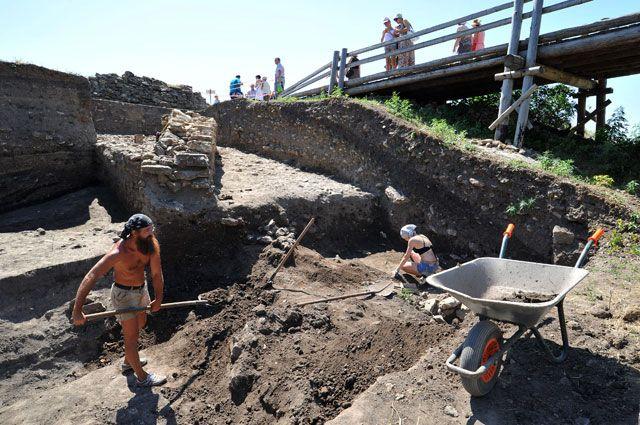 Археологи ведут раскопки на территории музея-заповедника «Танаис» в Ростовской области.