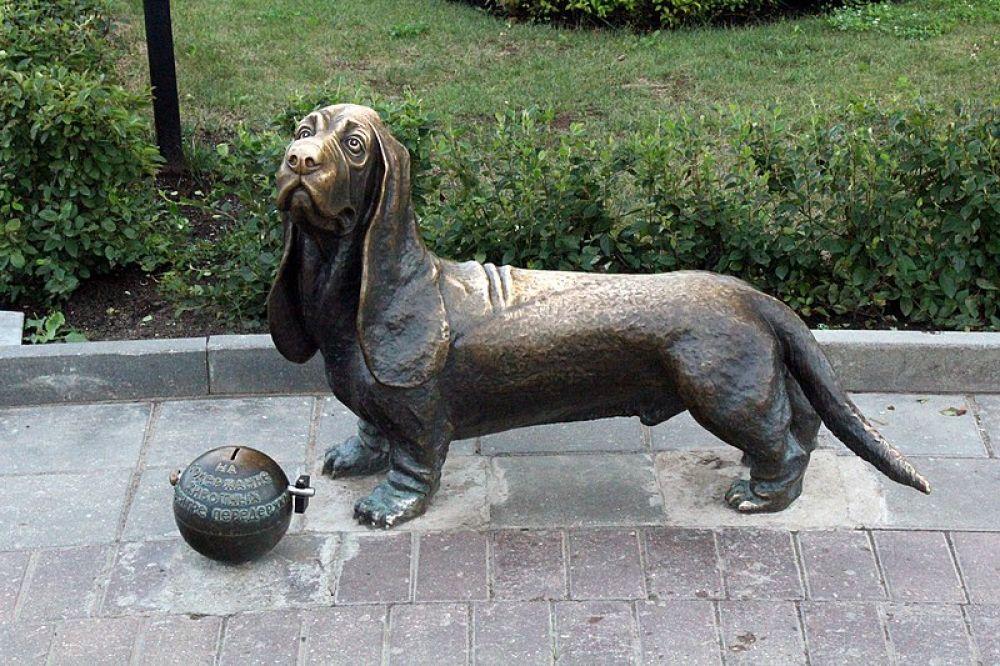 Памятник собаке, Кострома. Пожарный пес Бобка — городская легенда. В конце XIX он жил при пожарной каланче и помогал спасателям. Однажды погиб под колесами пожарной конки.