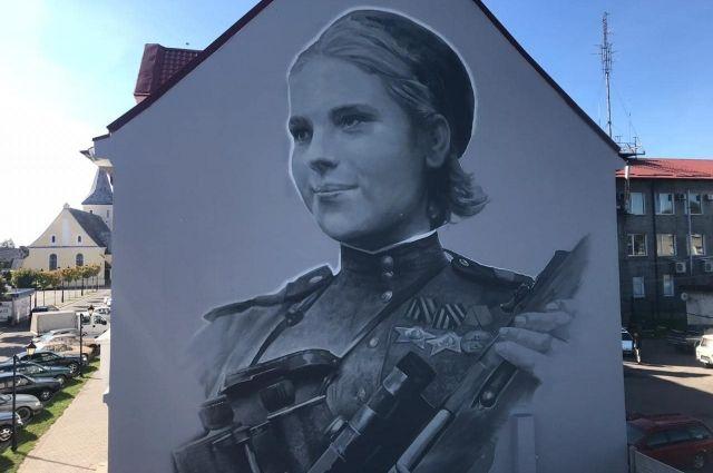 На фасаде в Гвардейске появился портрет девушки-снайпера Розы Шаниной