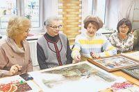 Участницы клуба раз вмесяц собираются встенах библиотеки, чтобы обсудить работы иобменяться мнениями.