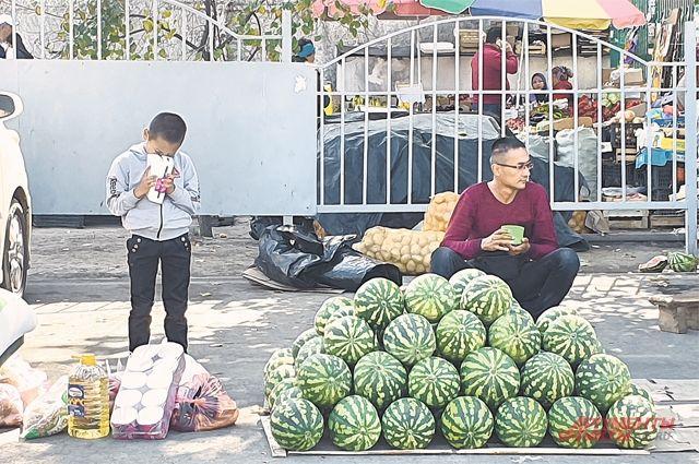 В Бишкеке на улицах торгуют и стар и млад.