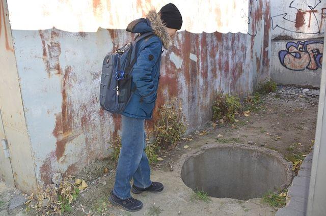 По дороге в школу № 49 находятся три открытых люка.