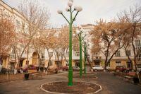Двор на Карла Маркса, 30, выполнили в классическом стиле, украсив его световой инсталляцией  из шаров.