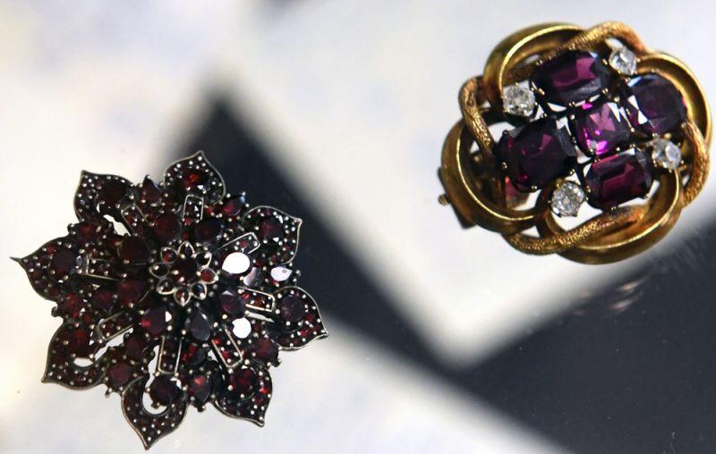 Гранатовая брошь «Снежинка» второй половины XX века (слева) и старинная золотая брошь с четырьмя бриллиантами и пятью природными гранатами альмадинами начала XX века (справа).